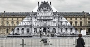 La pyramide du Louvre caché par un collage géant de JR