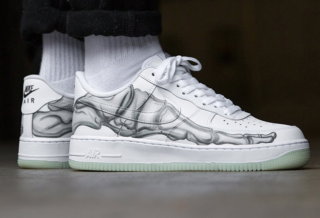 Une basket Nike Air Force 1 Low Skeleton pour Halloween